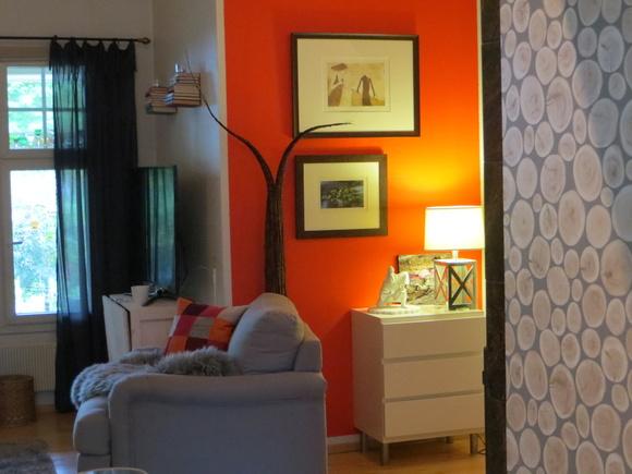olohuone,oranssi,maalattu seinä,nojatuoli,piristeväri
