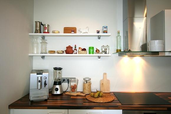 Valkoista Harmoniaa: DIY seinähyllyt poikien huoneeseen