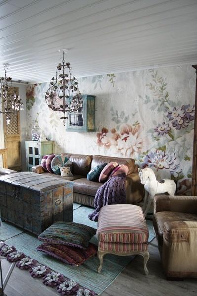 säilytysarkku,antiikki,kukkatapetti,kattolamppu,olohuone