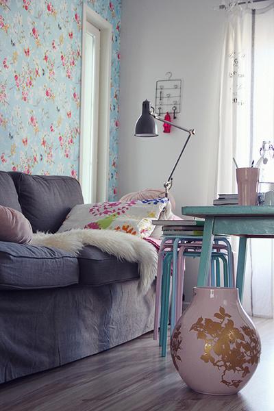 olohuone,tapetti,vaasi,värikäs,sohva