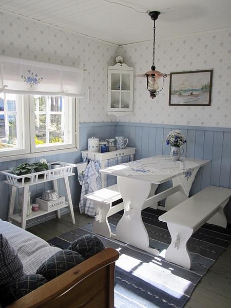 mökki,ruokapöytä ruokailuryhmä,sinivalkoinen,matto,maalaisromanttinen sisustus