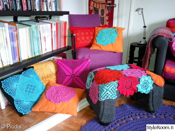 värikäs,pitsiliinat,koristetyynyt,rahi,sohva