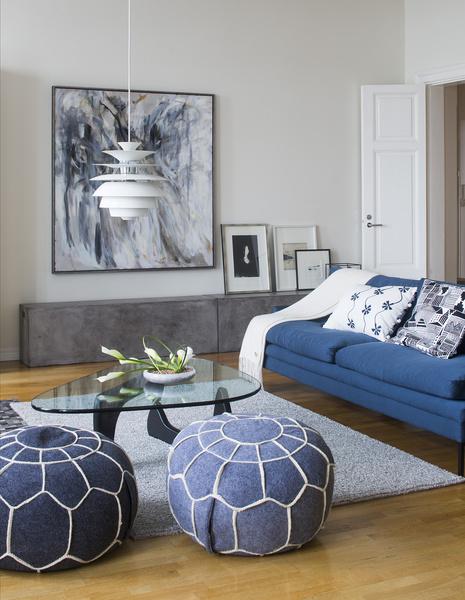 olohuone,sohva,taso,valaisin,tyynyt