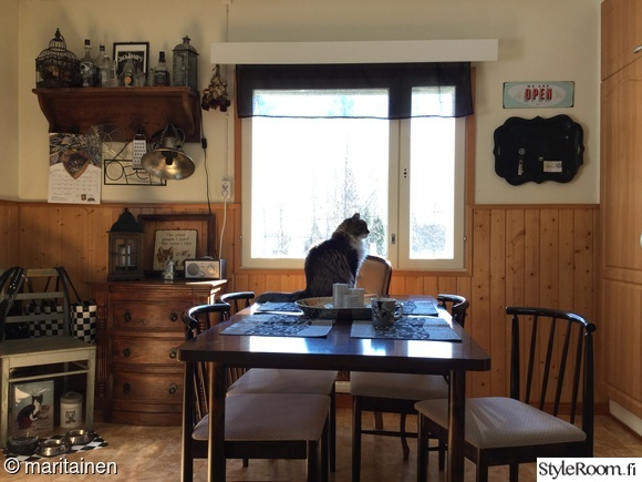 kissa,rintamamiestalon keittiö,ruokailuryhmä,ruokapöytä,vanha tuoli