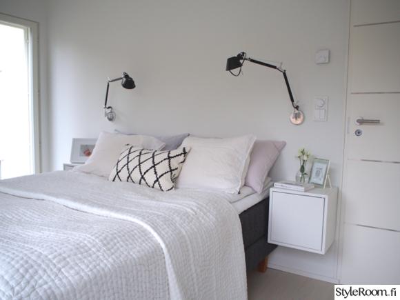 makuuhuone,sänky,päiväpeitto,sisustustyynyt,yöpöytä