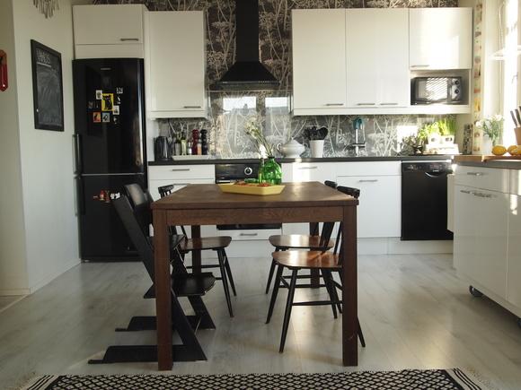 mustavalkoinen,mustavalkoinen sisustus,pinnatuolit,keittiönpöytä,keittiökaapit