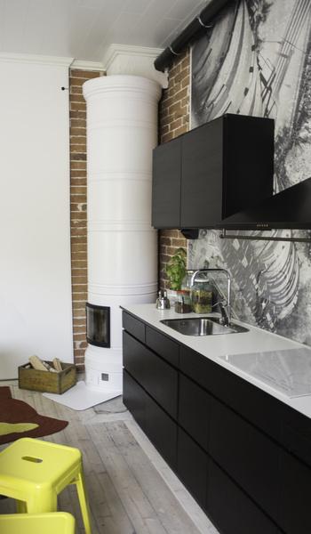 Bild på keittiö  Puutalon musta keittiö av SaaraLitovuo
