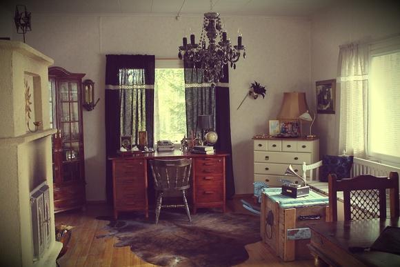 talja,kirjoituspöytä,astiakaappi,keinuhevonen,jalkalamppu