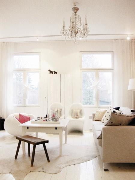 Olohuoneen Sohva : Olohuone,valkoinen lattia,valkoinen sisustus,harmaa sohva,sohva