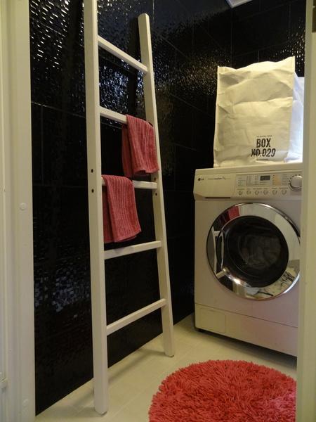 tikapuut,musta laatta,pinkki,pyyheteline,kylpyhuone