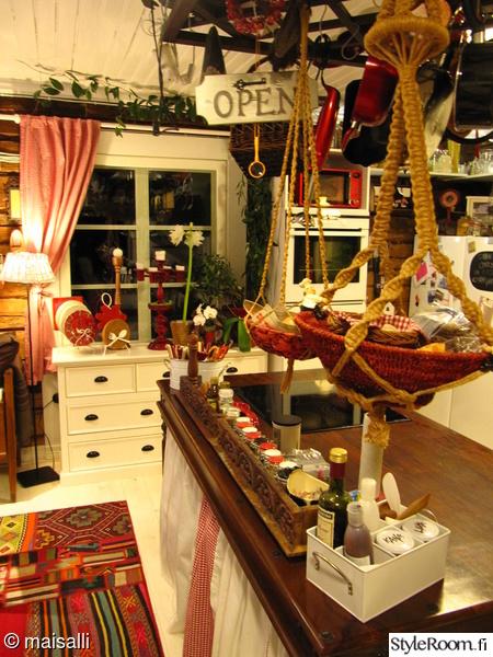 lipasto,keittiösaareke,maustehylly,amppeli,värikäs matto