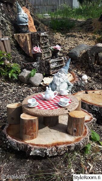 heinäseiväs,puutarha,puutarhatonttu,terassi,kahvipöytä