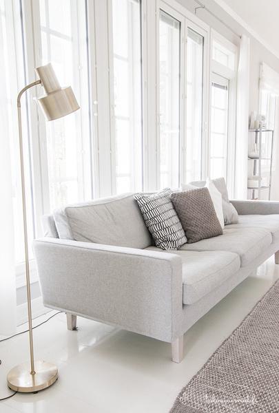 vaalean harmaa sohva,sohva,olohuone,olohuoneen sisustus,jalkalamppu