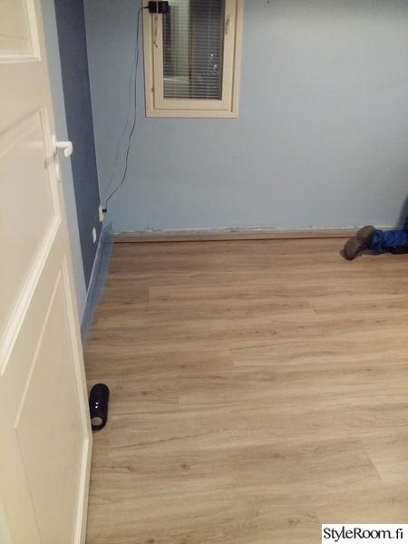 nuoren huone,lattia,vinyylikorkki,kesken,ennen remonttia