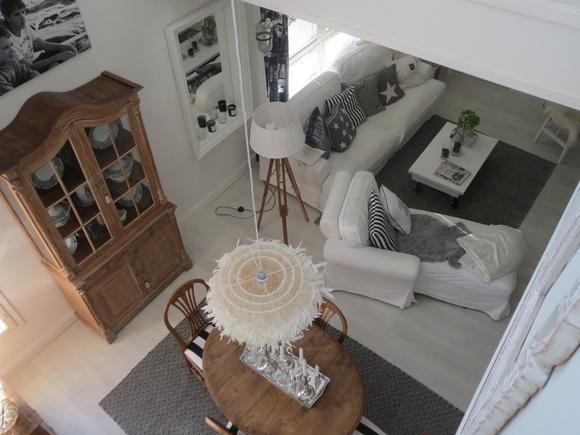 olohuone,kodikas,kattovalaisin,matto,astiakaappi