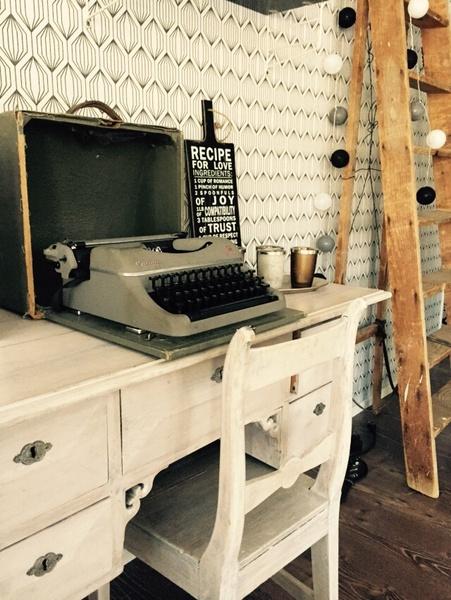 vanha lipasto,vanhat kalusteet,mustavalkoinen,työpöytä,pallovalot